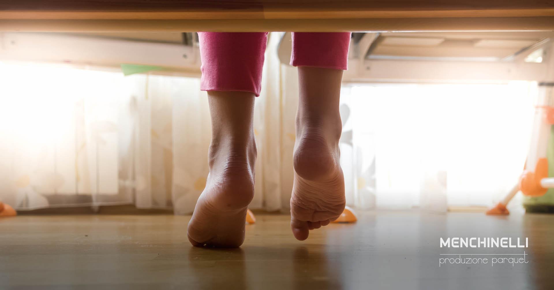 piedi scalzi sul parquet con riscaldamento a pavimento