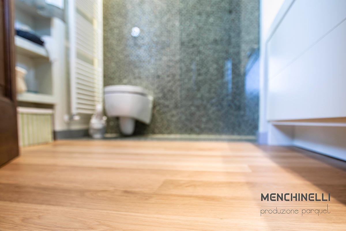 pavimento in parquet prefinito istallato in un bagno