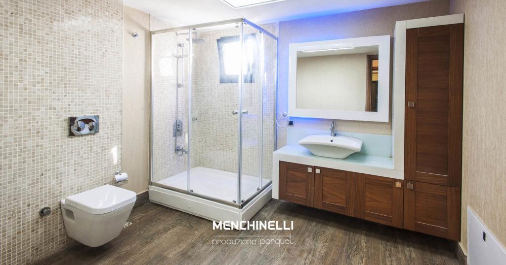 bagno con parquet grigio